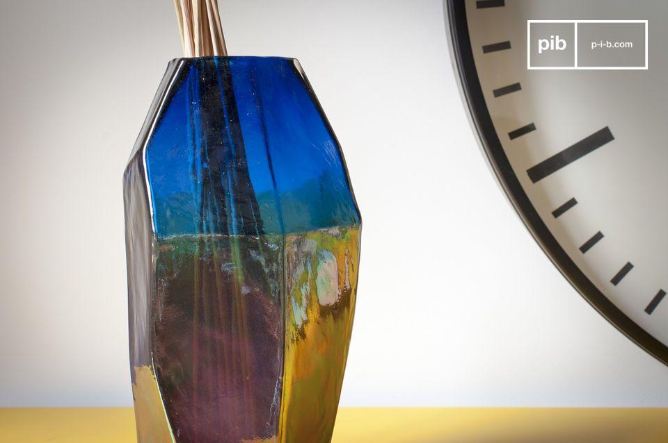Le Vase en verre Ingeborg affiche des lignes droites et élégantes