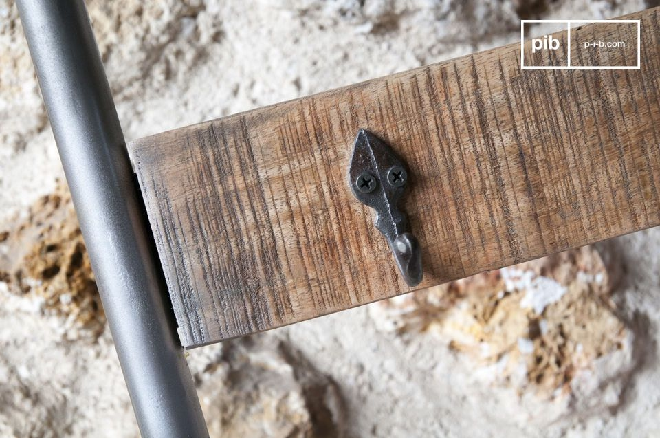 Les panneaux de bois affichent une finition brossée