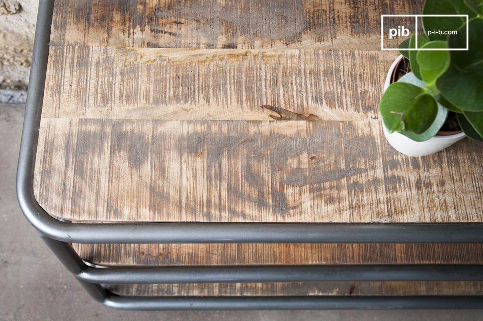 Pour prévenir des tâches, le bois a été protégé par un verni incolore
