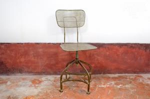 Chehoma : Chaise d'atelier en tôle perforée